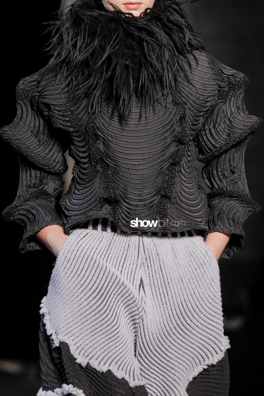 Issey Miyake close-up plissé Woman Fall Winter 2018 Paris