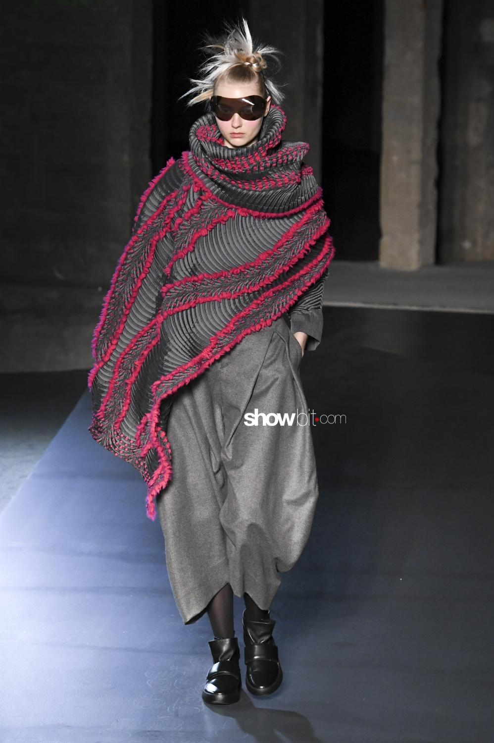 Issey Miyake plissé Woman Fall Winter 2018 Paris