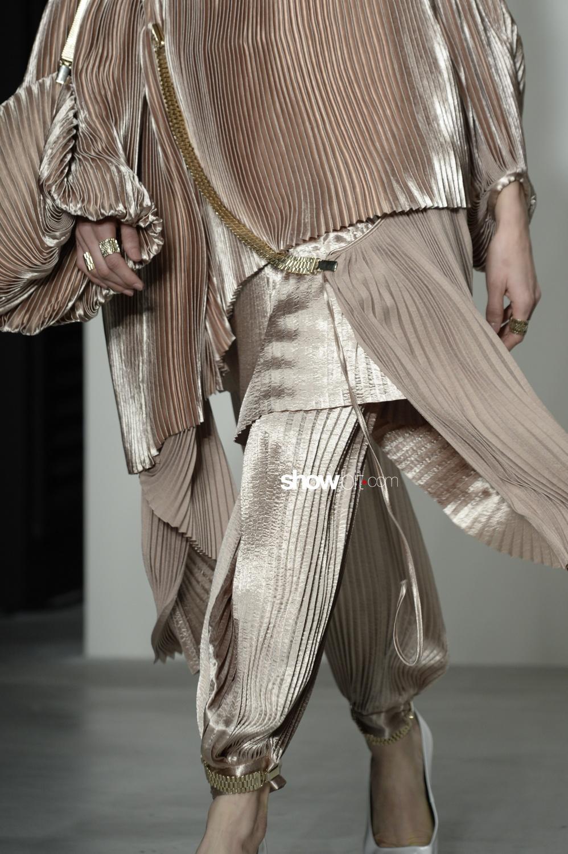 Krizia close-up plissé Woman Fall Winter 2018 Milano