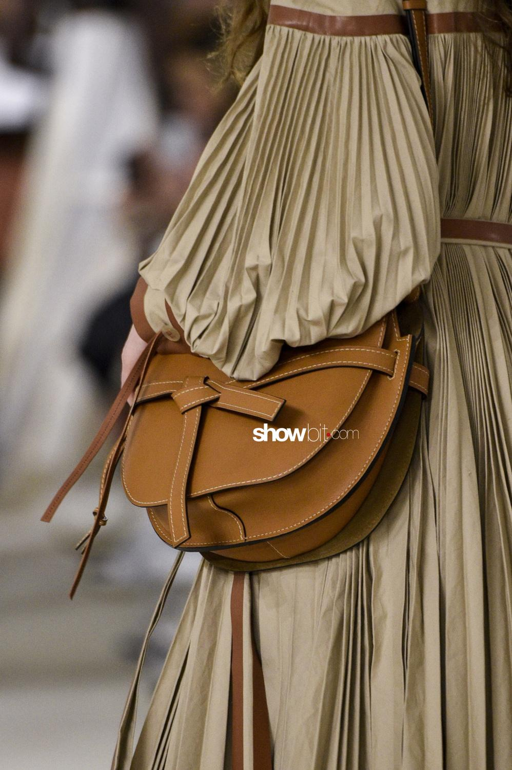 Loewe close-up plissé Woman Fall Winter 2018 Paris