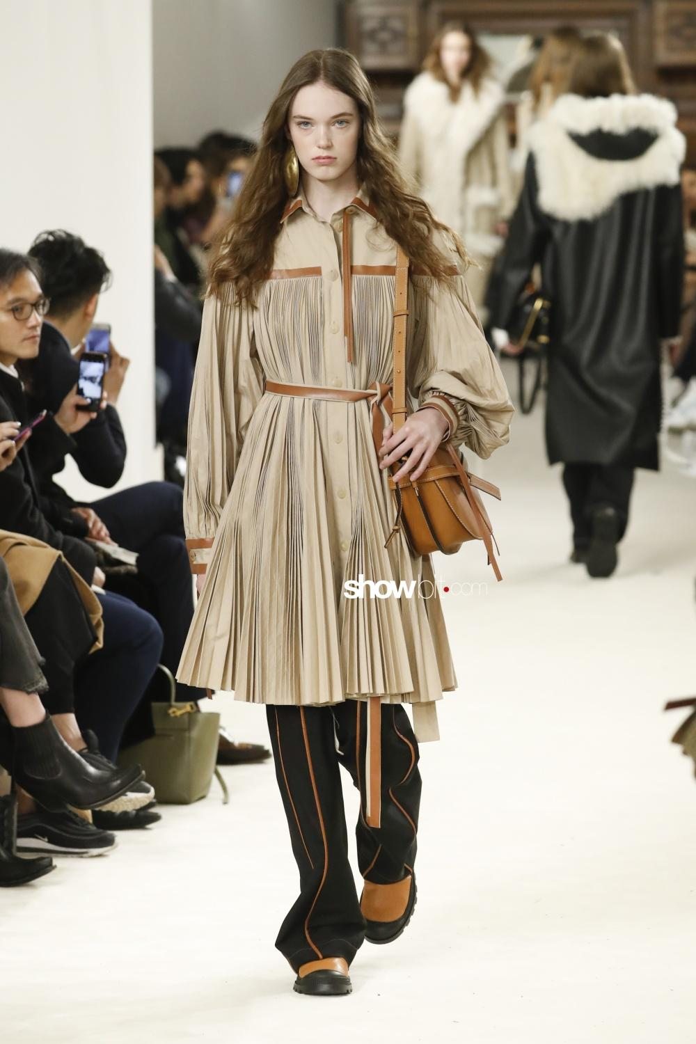 Loewe plissé Woman Fall Winter 2018 Paris